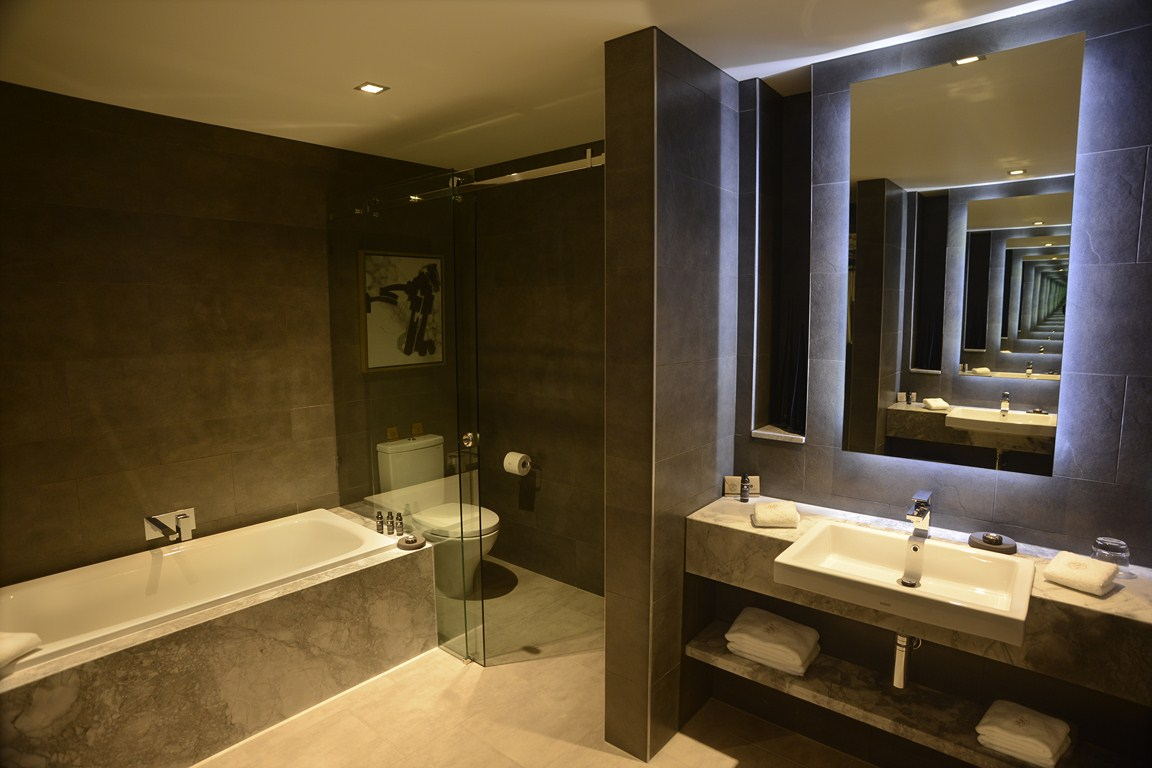 Jg suite gambaro hotel brisbane luxury hotel brisbane for 5 star bathroom designs
