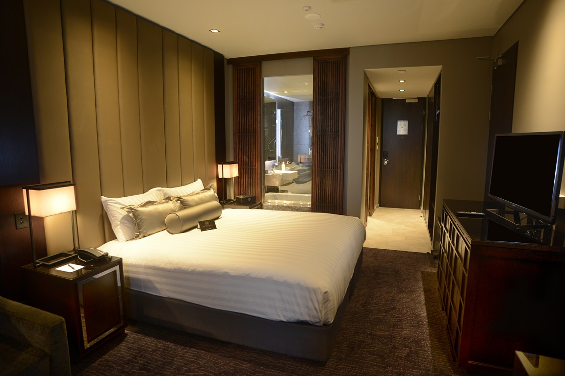 Paddington deluxe gambaro hotel brisbane luxury hotel for 5 star bedroom designs