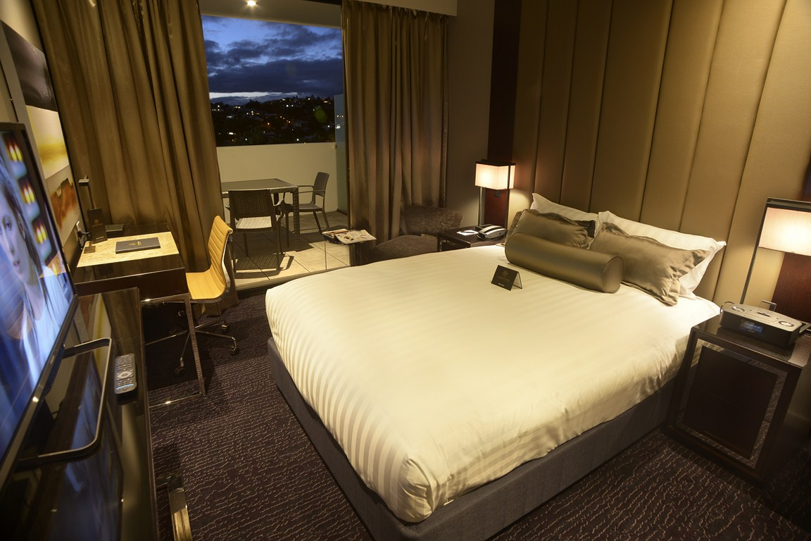 Petrie queen balcony gambaro hotel brisbane luxury for Queen on balcony
